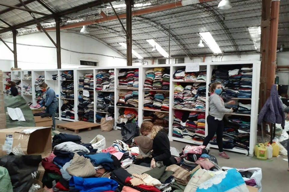 <span style='color:#e57026;font-size:15px;'>Clasificaron las prendas recibidas en donación </span><br/><span></span><p/>«Tandil Solidario Abriga» y la necesidad en cuarentena